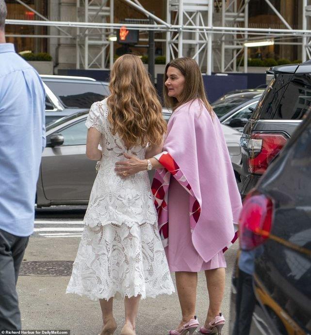 比尔·盖茨25岁女儿将大婚,穿蕾丝裙住酒店美翻,被富婆妈妈呵护